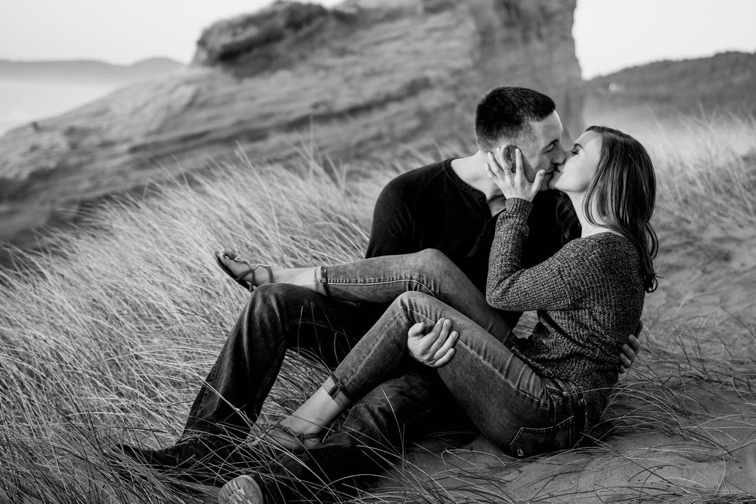black and white photo of couple kissing on the Oregon coast