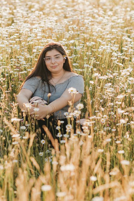 Outdoor senior photo session in Salem, Oregon. Senior girl, daisies, willamette valley, senior portraits